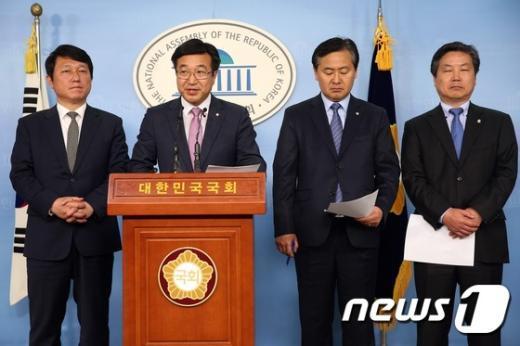 새정치민주연합 기획재정위원인 최재성, 윤호중, 김관영, 홍종학 의원(왼쪽부터).. /뉴스1 © News1 한재호 기자