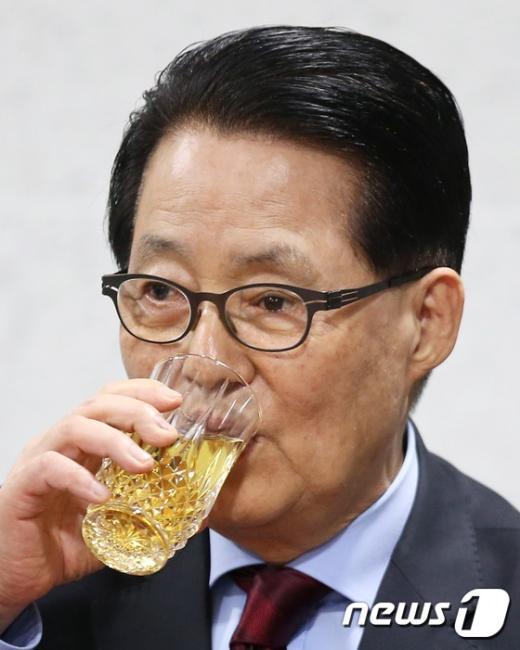 [사진]목 축이는 박지원