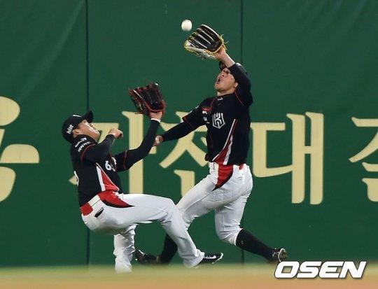 SK 조동화의 타구를 잡았다 놓친 김사연(오른쪽). /사진=OSEN<br /> <br />