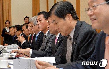 황영철 새누리당 의원(오른쪽 네번째)이 지난해 11월5일 오전 서울 여의도 국회 귀빈식당에서 열린 농어촌지역 선거구획정 방향 논의 모임에서 모두발언을 하고 있다. 2014.11.5/뉴스1 © News1 박세연 기자