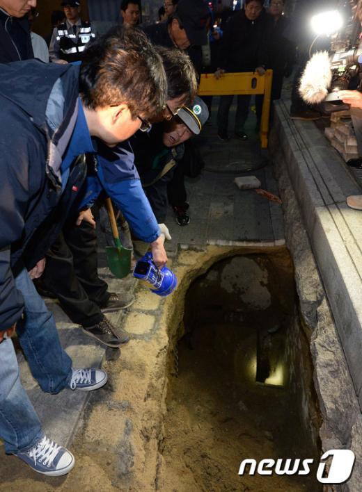 [사진]장한평역 2m 깊이의 싱크홀 '아찔하네'