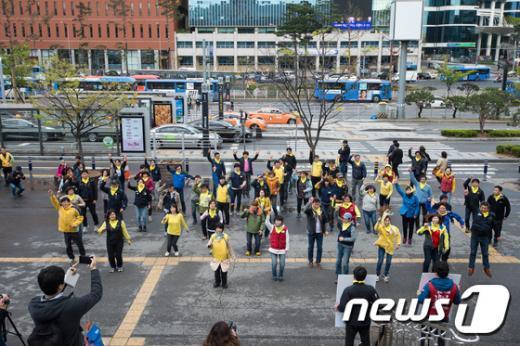[사진]민주노총, 서울역광장서 세월호1주기 플래시몹