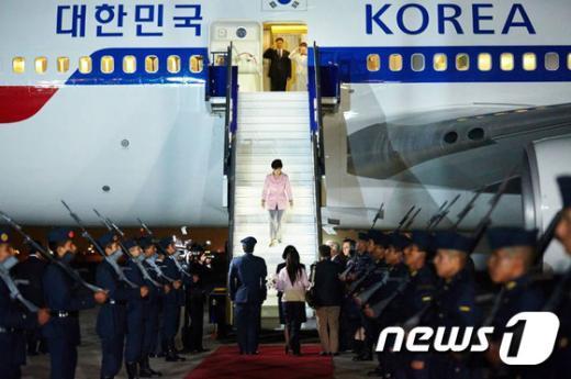 중남미를 순방중인 박근혜 대통령이 18일(현지시간) 오후 두번째 순방국인 페루 리마 호르헤차베스 국제공항에 도착해 페루 측으로 부터 영접을 받고 있다. (청와대 페이스북) 2015.4.19/뉴스1 © News1 민경석 기자