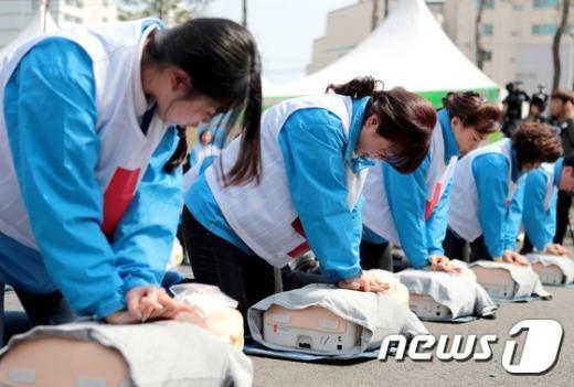 응급처치 강사들이 심폐소생술을 시연하고 있다./ 뉴스1 © News1 조희연 기자