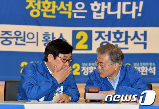 [사진]이야기 나누는 문재인 대표-정환석 후보
