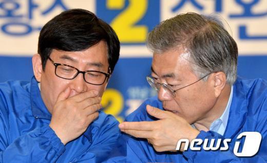 [사진]문재인 대표-정환석 후보 '귀엣말'