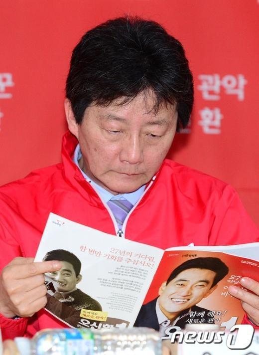 [사진]선거홍보물 살펴보는 유승민 원내대표