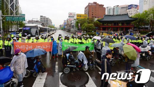 [사진]궂은 날씨 속 장애인권리 보장 촉구 행진