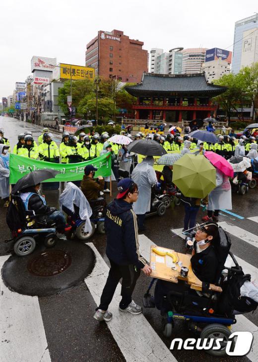 [사진]보식각 들어서는 장애인인권 보장 촉구 행진