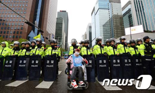 [사진]경찰을 뒤로하고