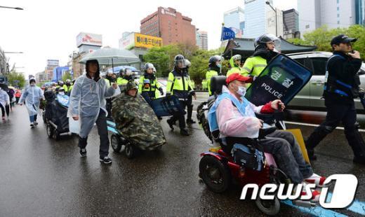 [사진]행진하는 420장애인차별철폐공동투쟁단