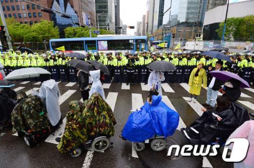 [사진]보신각 들어서는 장애인차별철폐투쟁단 행진