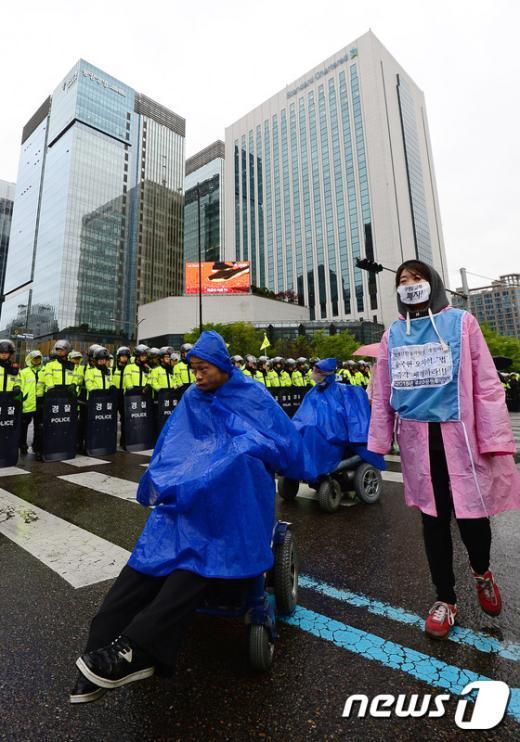 [사진]궂은 날씨 속 장애인인권 행진