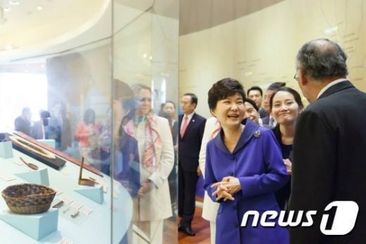 [사진]박근혜 대통령 '페루 잉카문명에 미소'