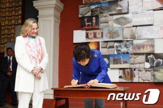 [사진]방명록 작성하는 박근혜 대통령