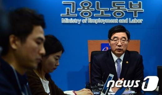 [사진]이기권 장관, 노동계 파업관련 기자간담회