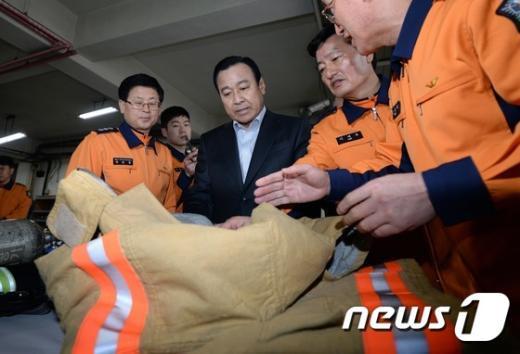 이완구 국무총리가 지난 설 연휴 때 서울 종로소방서를 방문해 방화복을 살펴보고 있다./뉴스1 © News1 허경 기자