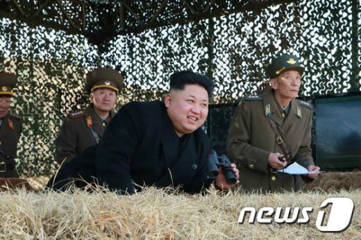 북한 김정은 노동당 제1비서가 인민군 항공 및 반항공군의 비행장 타격 및 복구훈련을 참관했다고 노동신문이 20일 보도했다.(노동신문) 2015.3.20/뉴스1 © News1 조희연 기자