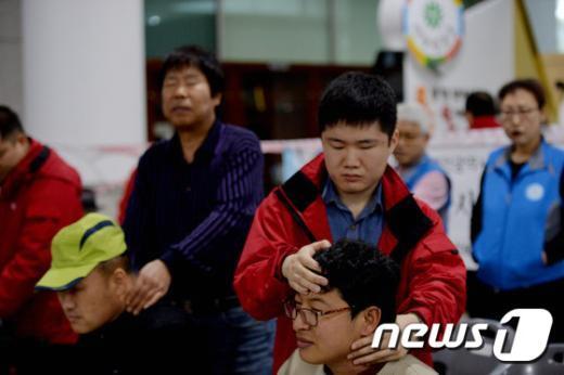 [사진]장애인의 날 '봉사가 즐거운 시각장애인'
