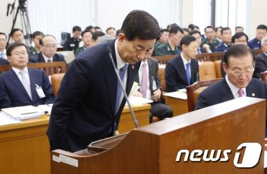 [사진]인사하는 한민구 국방장관