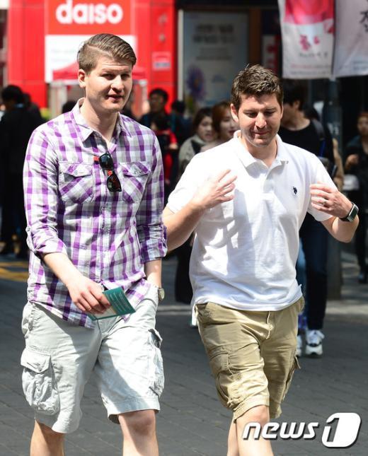[사진]가벼운 옷차림의 외국인 관광객들