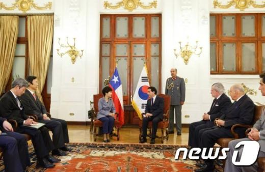 [사진]박 대통령, 칠레 하원의장과 환담