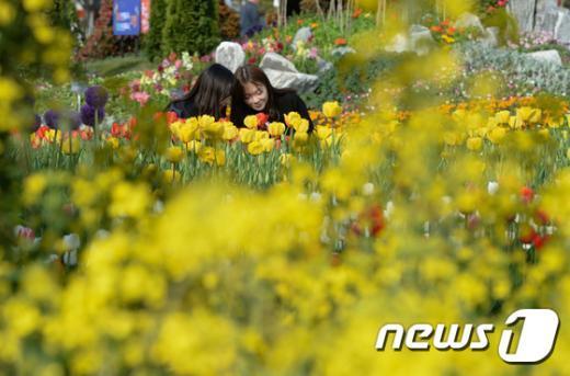 [사진]'꽃 향기에 취해'