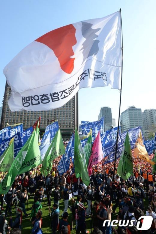 [사진]깃발 뒤덮인 서울광장