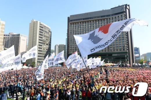 [사진]깃발 입장하는 서울광장