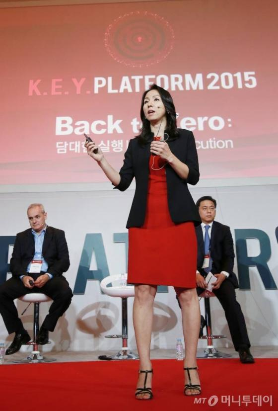 제니 강 시만텍 국제부 이사가 24일 서울 여의도 콘래드호텔에서 'Back to Zero: 담대한 실행'을 주제로 열린 머니투데이미디어 주최 글로벌 콘퍼런스 '2015 키플랫폼(K.E.Y. PLATFORM)'에서 '거대 기술 기업이 주는 교훈:  성공적 변혁'을 주제로 발표하고 있다./ 사진= 김창현 기자