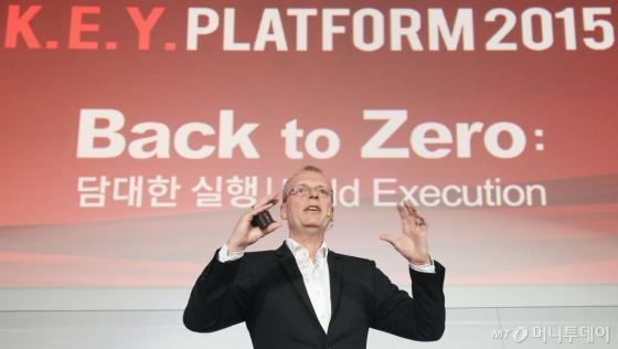 게오르그 비엘메터 헤이그룹 유럽지역 리더십 및 인사업무 디렉터가 24일 서울 여의도 콘래드호텔에서 'Back to Zero: 담대한 실행'을 주제로 열린 머니투데이미디어 주최 글로벌 콘퍼런스 '2015 키플랫폼(K.E.Y. PLATFORM)'에서 '성공적 변화를 위한 리더십 2030'을 주제로 특별강연을 하고 있다./ 사진= 이기범 기자