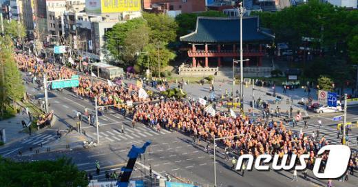 [사진]행진하는 민주노총 노조원들