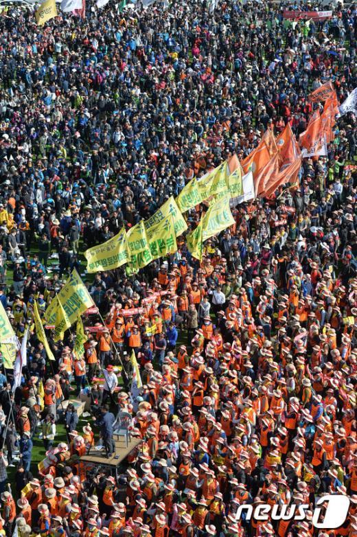 [사진]민주노총 총파업 결의대회, 깃발 입장