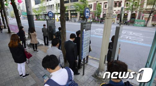 [사진]'서울도심 대규모 집회...퇴근길 시민들은 발동동'