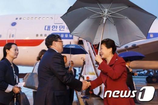 박근혜 대통령이 23일 오후(현지시간) 브라질 브라질리아 국제공항에 도착해 환영 인사들과 악수하고 있다. (청와대) 2015.4.24/뉴스1 © News1 이광호 기자