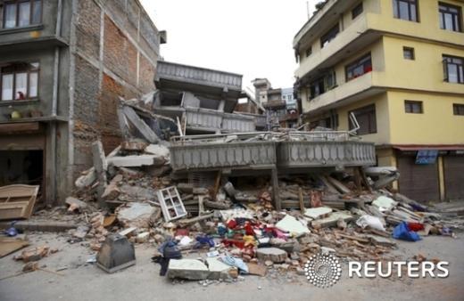 25일 네팔을 강타한 리히터 규모 7.9의 지진으로 수도 카트만두에서 다수의 가옥과 건물이 붕괴됐다. 네팔 정부 관리는 지진 희생자 수가 최소 688명이라고 밝혔다. © News1 최종일