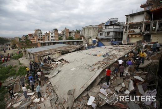 진도 7.8의 강진으로 집이 무너진 네팔 카트만두에서 주민들이 생존자를 찾고 있다./© 로이터=뉴스1