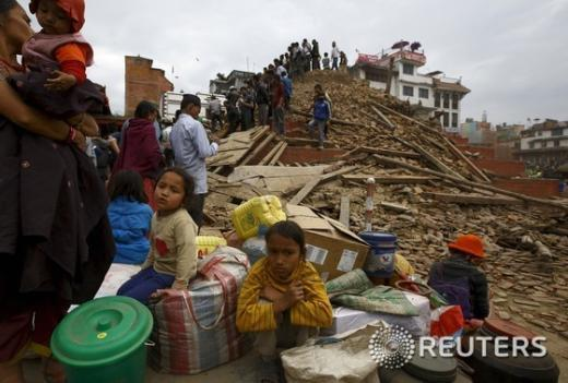네팔 카트만두 지진 이재민들이 바샨타푸 두바흐 광장의 무너지 사원에 모여 있다/뉴스1 © 로이터=뉴스1