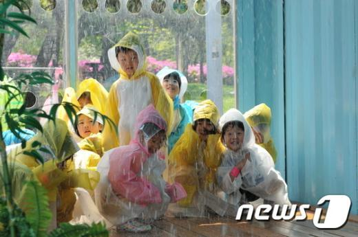 [사진]풍수해 체험하는 어린이들