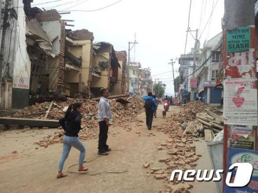 네팔 수도 카트만두 인근에서 규모 7.8 지진이 발생해 소방서와 인근 건물들이 무너져 있다. (월드비전 제공) 2015.4.26/뉴스1 © News1