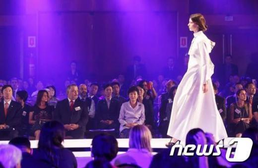 [사진]박근혜 대통령, 한·브라질 패션쇼 참석