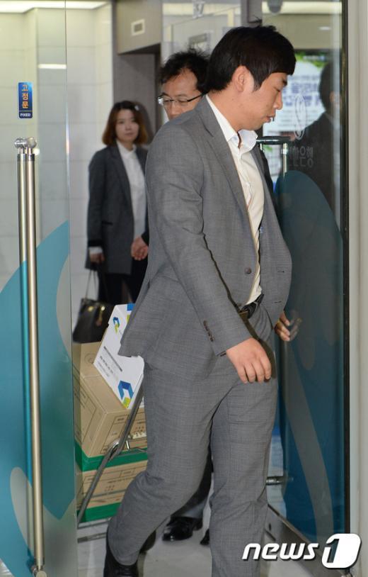 [사진]신한은행 압수품 옮기는 검찰