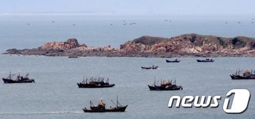 7일 인천시 옹진군 연평도 NLL인근 해역에 중국어선들이 모여있다. 옹진군청은 지난달 20일경부터 중국어선 100~150여척이 출어하고 있다고 밝혔다. (옹진군청 제공) 2015.5.7/뉴스1 © News1 조희연 기자