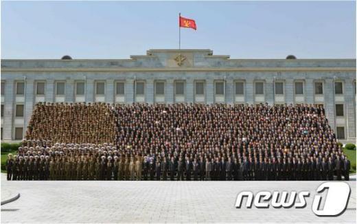 북한 김정은 노동당 제1비서가 잠수함 발사 탄도미사일(SLBM)의 시험발사에 기여한 과학자들과 기술자들을 평양으로 불러 격려했다고 26일 노동신문이 보도했다.(노동신문)© News1