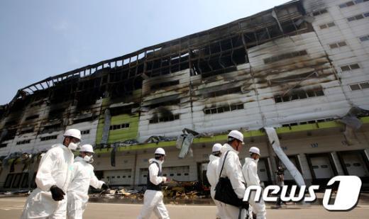 [사진]김포 물류창고 화재감식 준비하는 합동 감식반