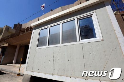 12일(현지시간) IS로 추정되는 괴한들에게 공격받은 주리비아 한국 대사관 경비초소의 모습. 외벽에 다수의 탄흔이 남아 있다. © AFP=뉴스1 2015.04.13/뉴스1 © News1