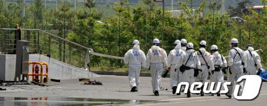 [사진]김포 물류창고 화재현장 들어가는 감식반