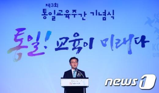 [사진]개막사하는 홍용표 장관