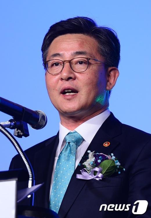 [사진]개막사하는 홍용표 통일부 장관