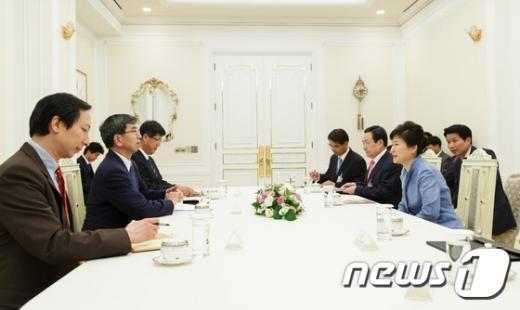 [사진]박 대통령, 아시아개발은행 총재 접견